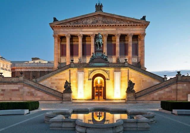 Alte Nationalgalerie ao entardecer em Berlim