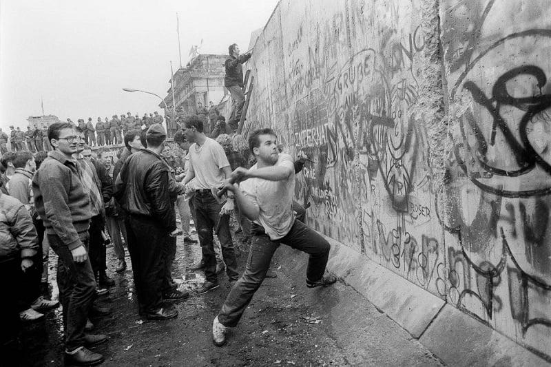 Registro de pessoas derrubando o Muro de Berlim