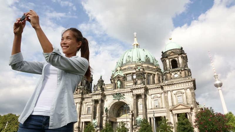 Tirando foto com o celular em frente à Catedral de Berlim