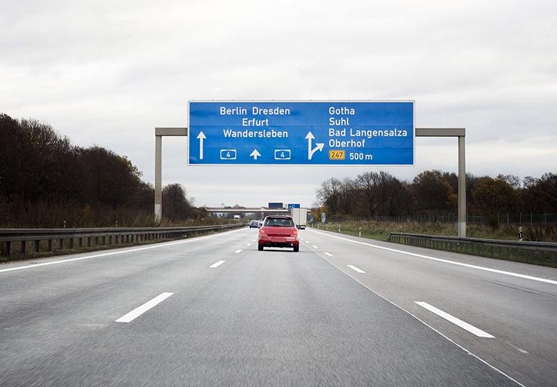 Carro na estrada na Alemanha