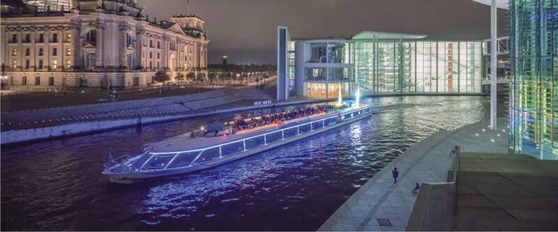 Passeio de barco à noite em Berlim na Alemanha